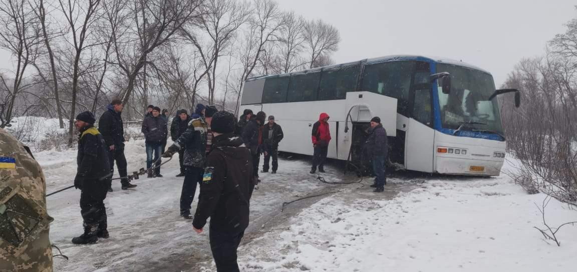 Возле пункта пропуска на Донбассе пассажирский автобус потерял колесо (фото)