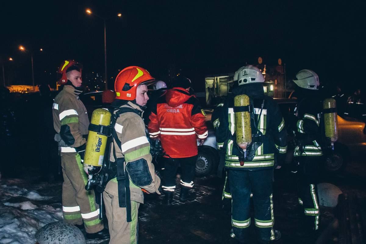 В киевской многоэтажке вспыхнул пожар в общих электрощитовых (видео)