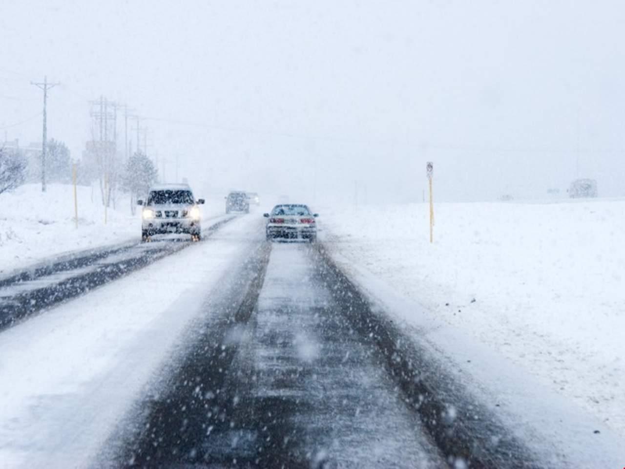 Из-за сильного снегопада движение на автобанах Украины затруднено