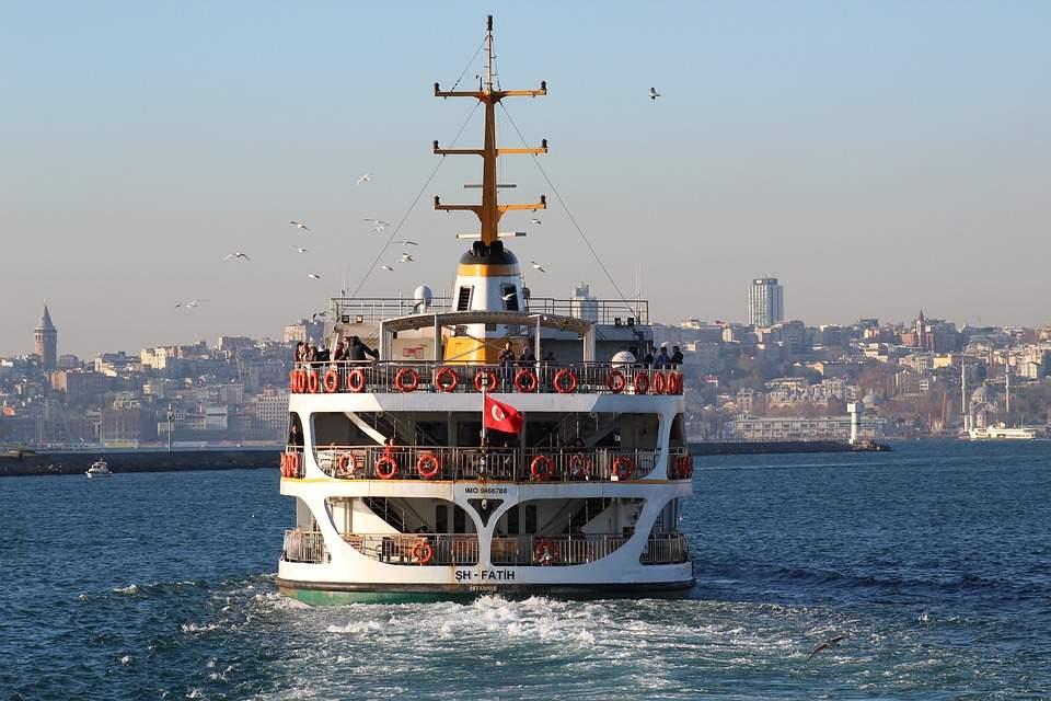 В Турции вспыхнул корабль. Есть пострадавшие
