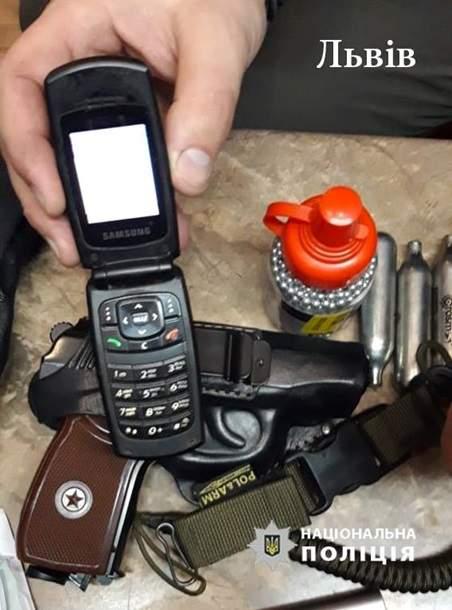 Во Львове у майора полиции украли огнестрельное оружие прямо из авто (фото)