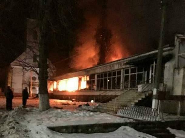 На Закарпатье сгорел магазин стройматериалов (фото)
