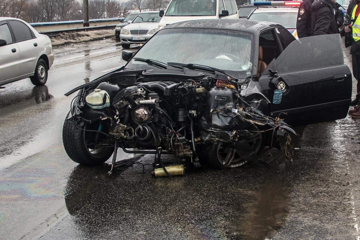 На Северном мосту в Киеве BMW влетел в металлический отбойник (фото)