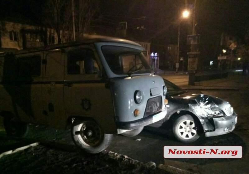 В Николаеве легковушка столкнулась с автомобилем полиции (фото)