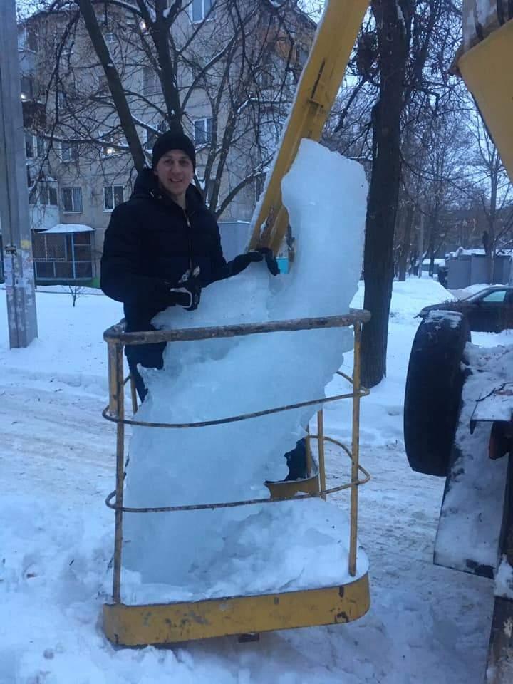 В Харькове с крыши сняли 100 килограммовую сосульку (фото)