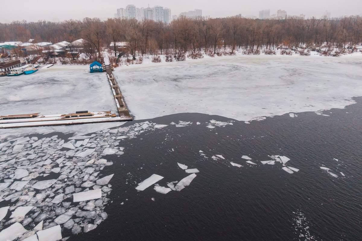 В Киеве мужчина провалился под лед и провел под водой пол часа (фото)