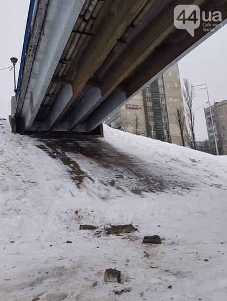 Обломки падают на головы прохожих: В Киеве на глазах разваливается мост