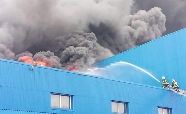 Площадь пожара в столице на складах увеличилась до 10 000 квадратных метров