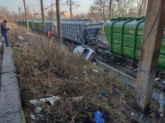 В Одессе произошло серьёзное ДТП: Автомобилист вылетел на железную дорогу
