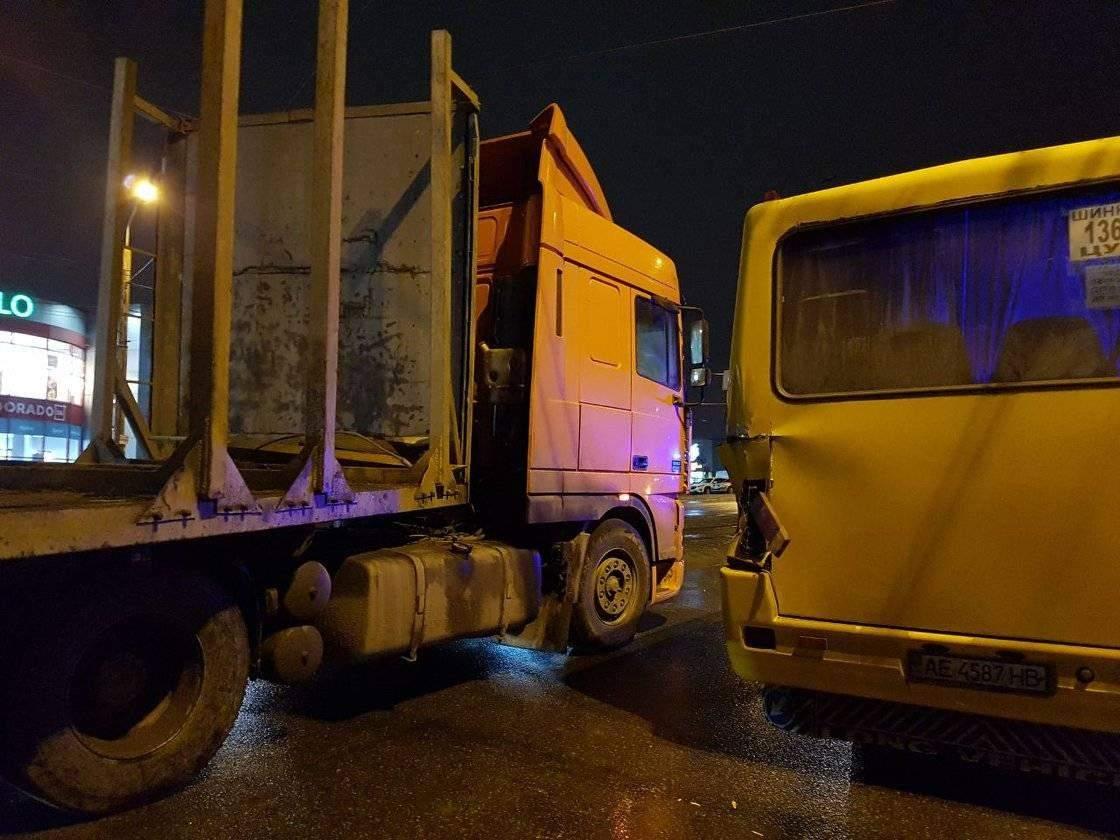 В Днепре произошло серьёзное ДТП с участием маршрутки и грузовика