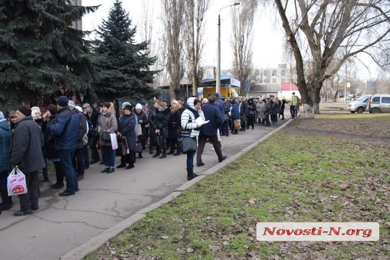 «Люди не знают, как оплатить счета»: В Николаеве собралась огромная очередь возле электроснабжающей компании (фото)
