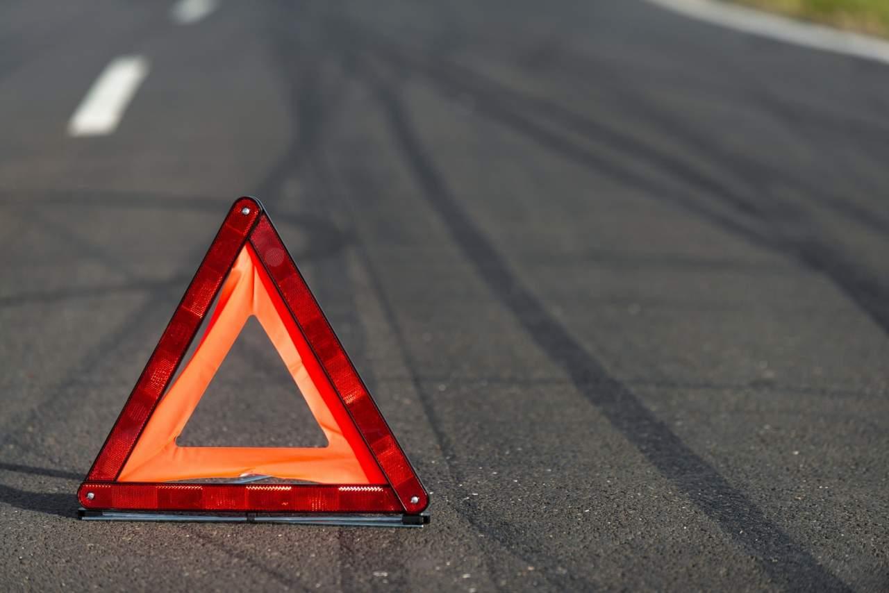 На Тернопольщине автомобиль совершил наезд на двух человек и полицейского