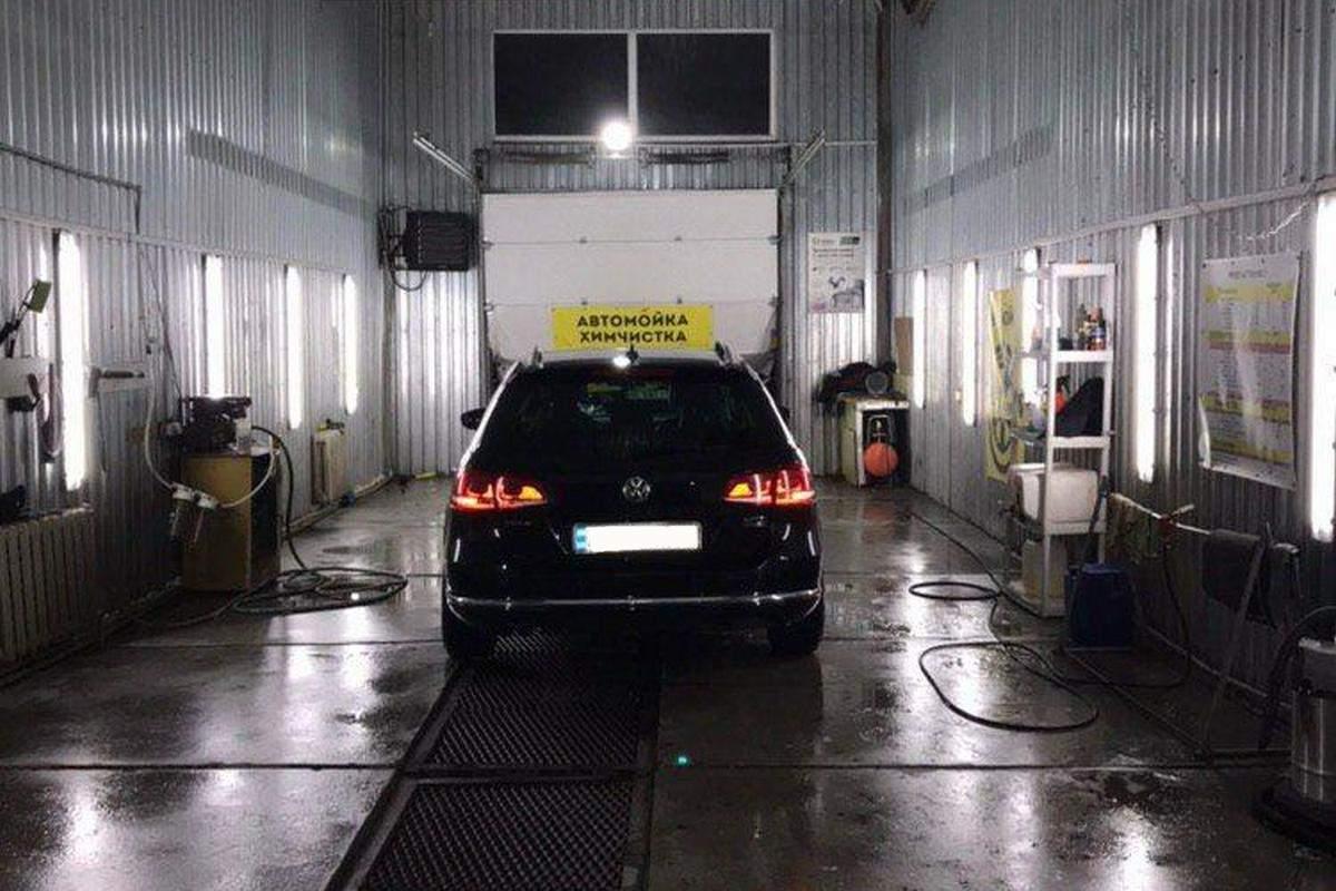 В Днепре водитель автомобиля «психанул» и протаранил другое авто на припаркованной автомойке (фото)