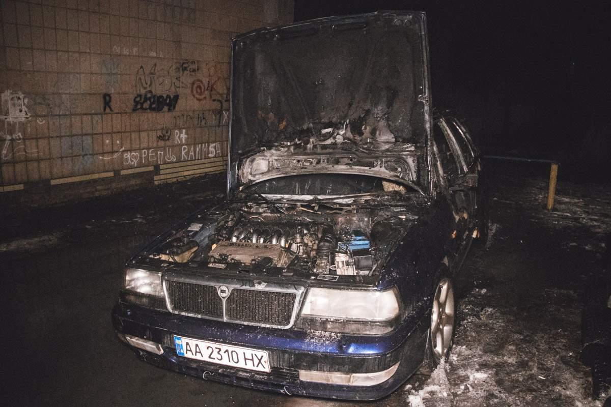 В Киеве неизвестные подожгли припаркованный автомобиль (фото)