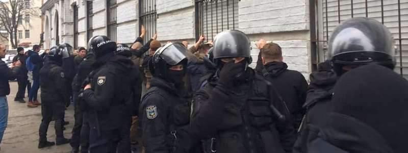 Банда неизвестных напали на правоохранителей и попытались штурмовать здание столичной полиции. Есть пострадавшие