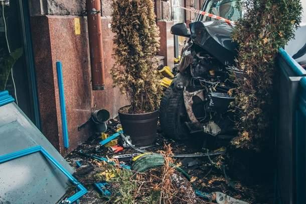 В столице произошло серьёзное ДТП: Автомобилист влетел в ресторан