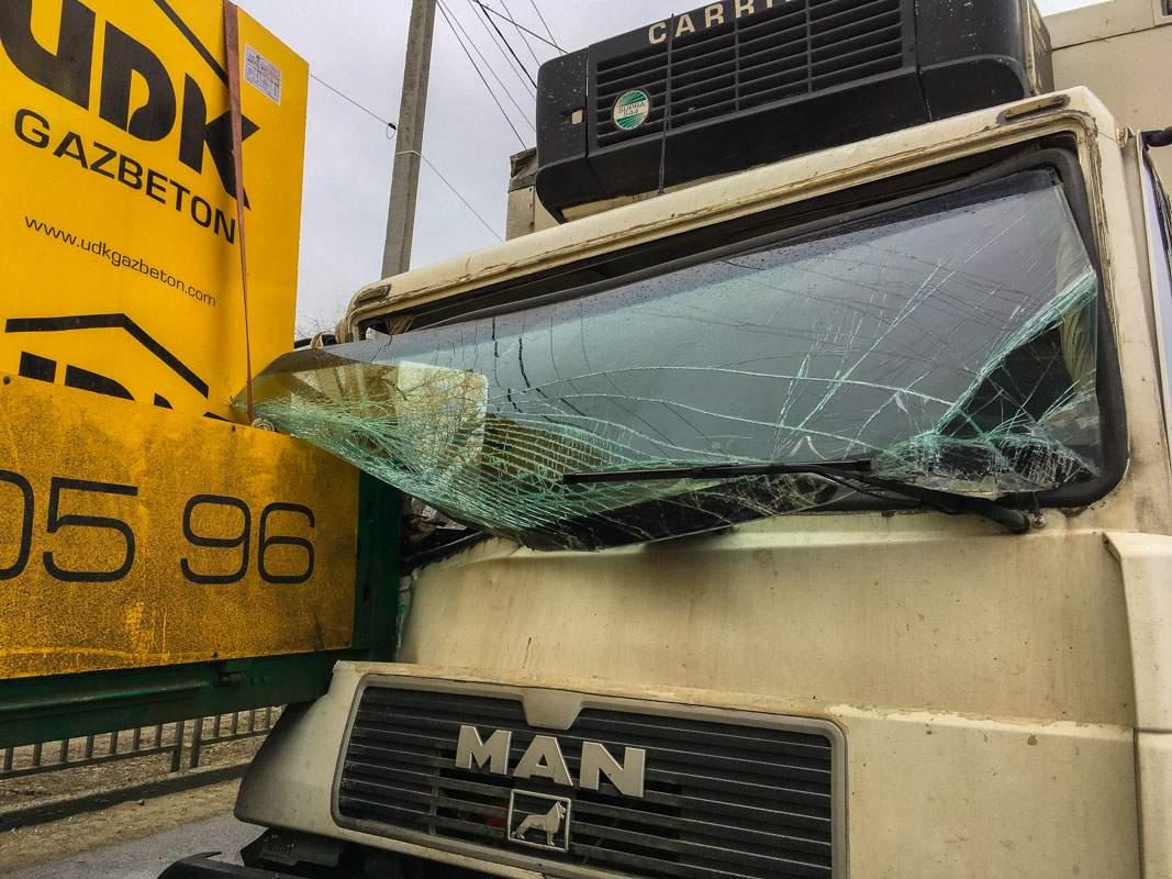 В Днепре два грузовика резко затормозили из-за неожиданно выпрыгнувшего на дорогу пешехода (фото)