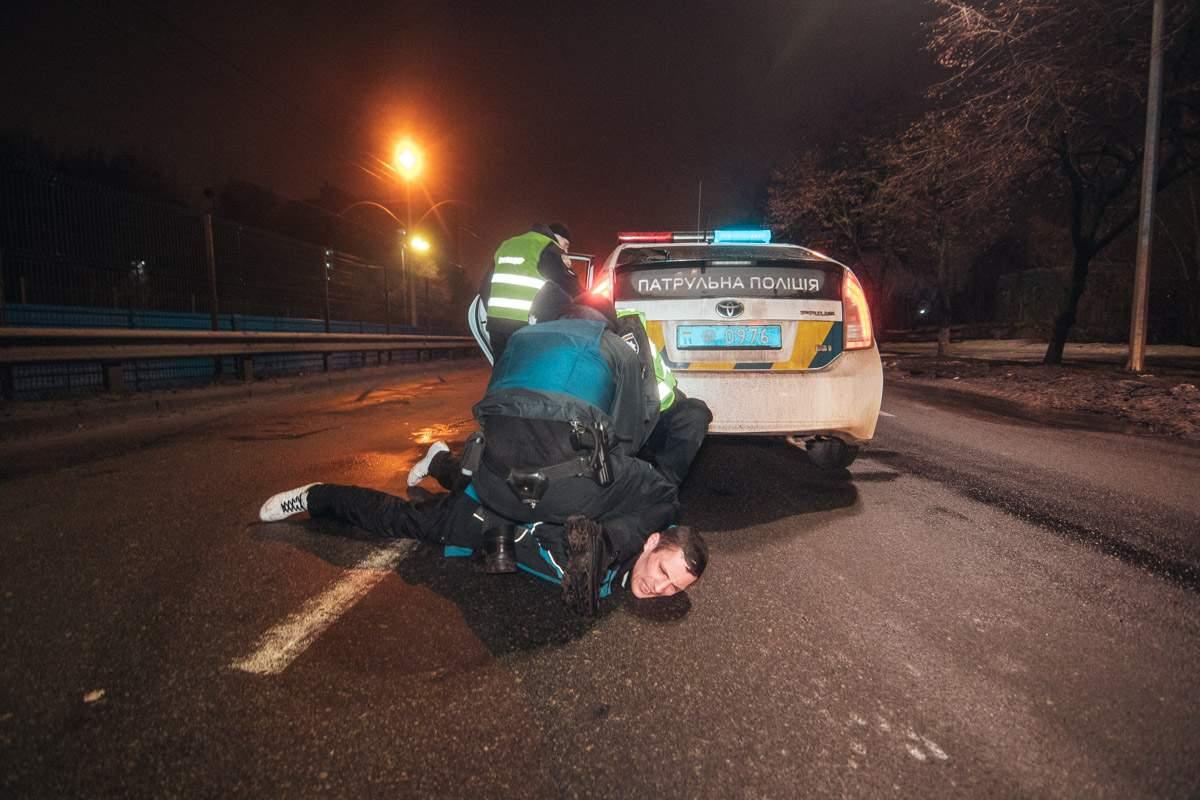 В Киеве водитель на огромной скорости протаранил Nissan и угрожал изнасиловать патрульных (видео)