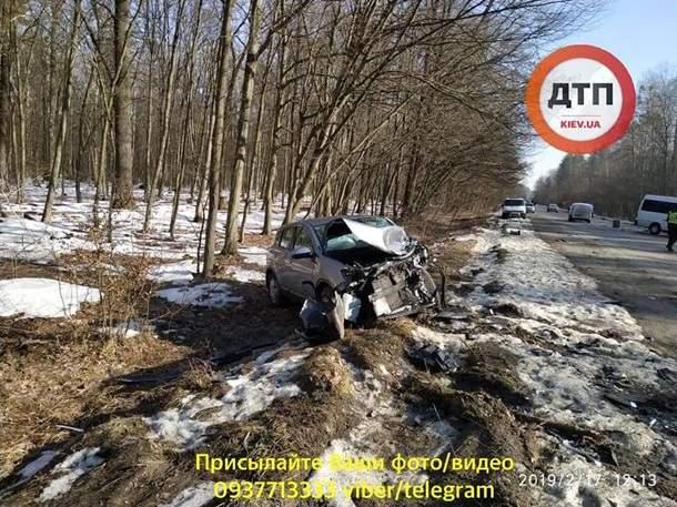 На Киевщине микроавтобус столкнулся с легковым авто: 10 пострадавших (фото)