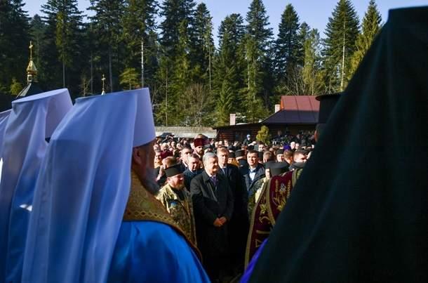 Порошенко привез Томос в монастырь на Ивано-Франковщине (видео)