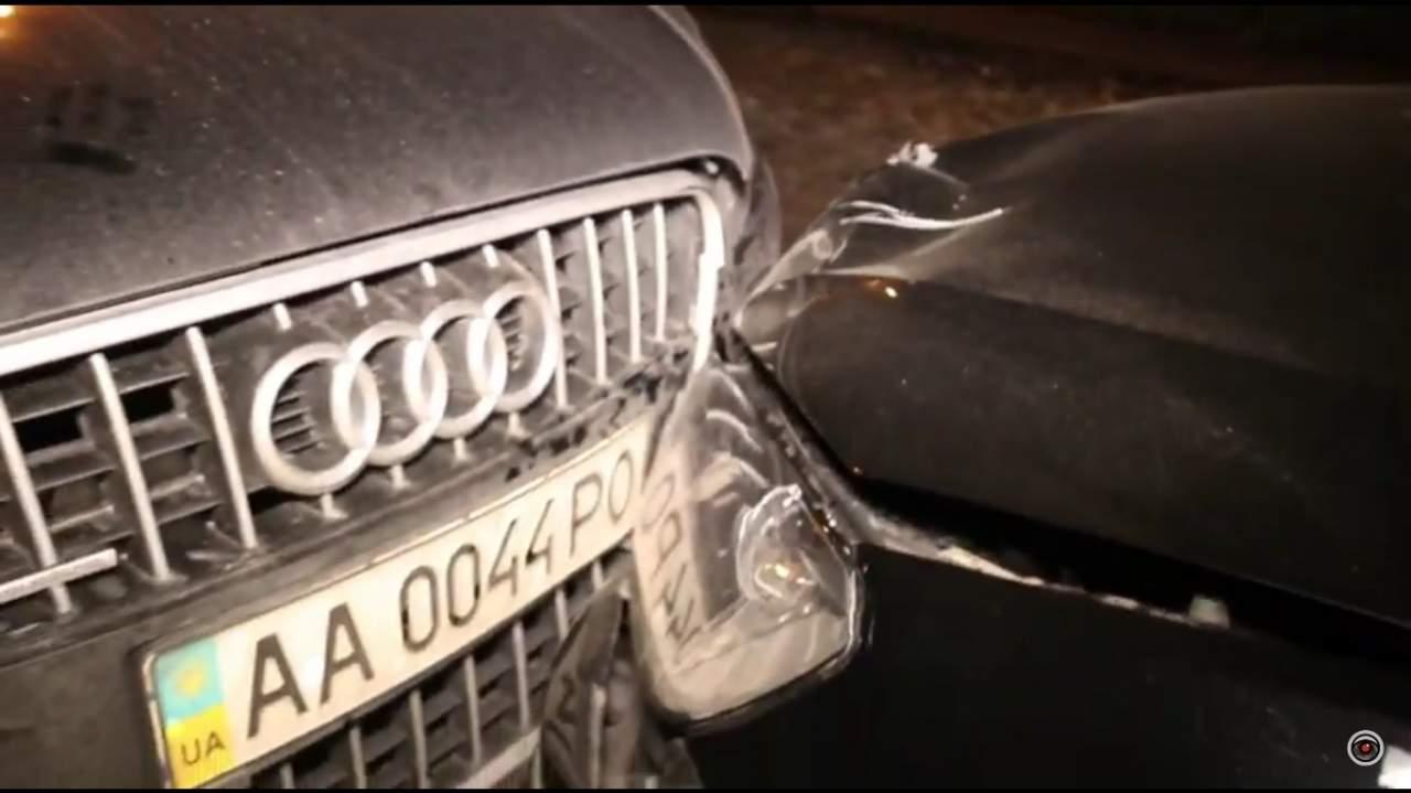 В Киеве водитель Volkswagen даже после столкновения с другим авто не остановился, а давил на газ (видео)