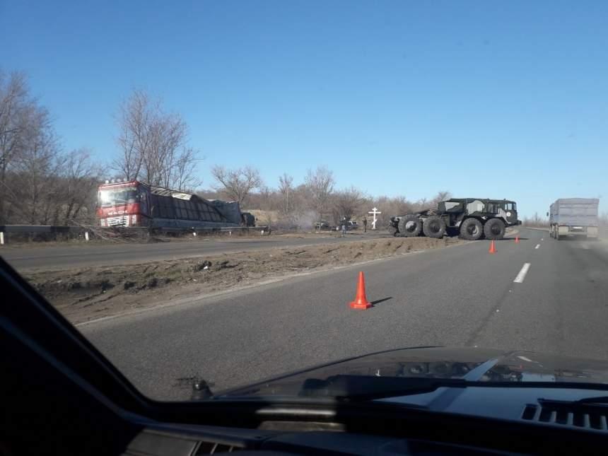 На трассе «Николаев — Ульяновка» грузовик сошёл с трассы и перевернулся: образовалась огромная пробка (видео)