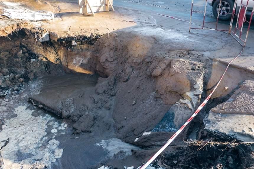 В Киеве прямо на проезжей части провалился асфальт, где образовалась глубокая яма (фото)