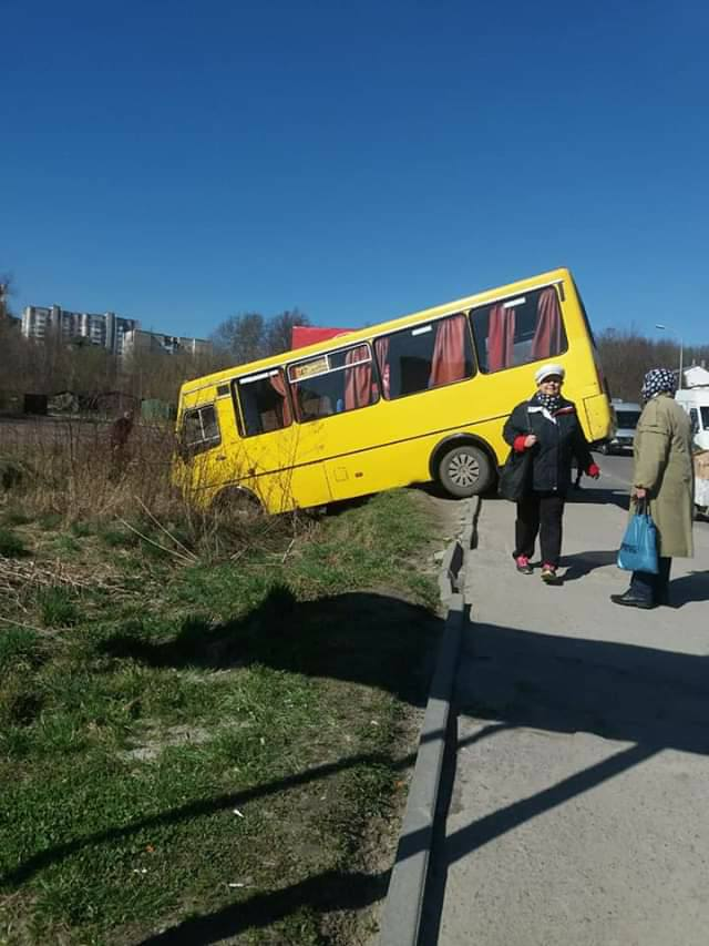 Во Львовской области маршрутка слетела с трассы