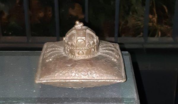 В Ужгороде  открыли провокационный памятник - короне Святого Иштвана