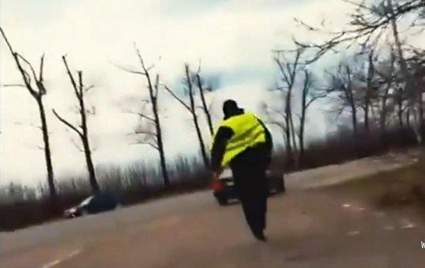 В Черновицкой области патрульный полицейский пытался съесть взятку