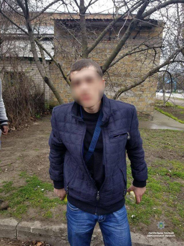 У «искателей» патрульные обнаружили сверток с неизвестным веществом и пистолет