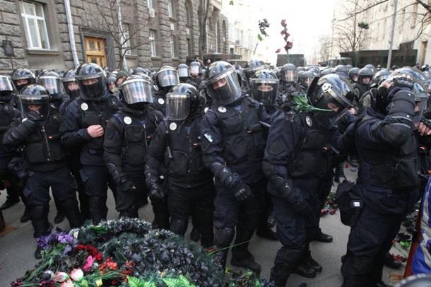 """На акции протеста против хищения в оборонке Нацкорпус намекнул Порошенко, что """"обещания надо выполнять"""" и забросал полицию венками"""