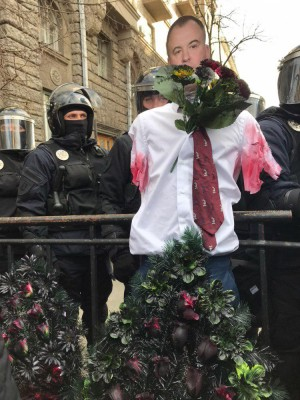 На акции протеста против хищения в оборонке Нацкорпус намекнул Порошенко, что