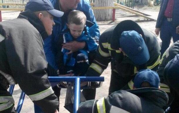 Первоклассник застрял ногой в спортивном тренажере на площадке