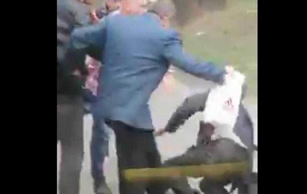 Четверо мужчин выгнали подвыпившего пассажира из троллейбуса и избили его на остановке