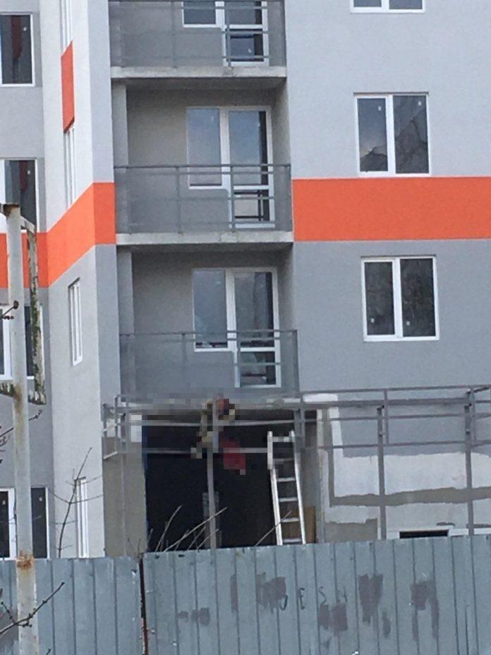 В Харькове молодой работник во время кровельных работ сорвался с 18-го этажа