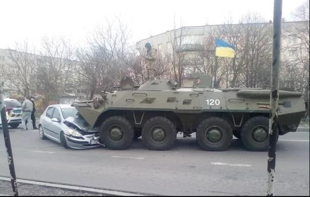 Отказали тормоза: в Ровенской области БТР наехал на автомобиль