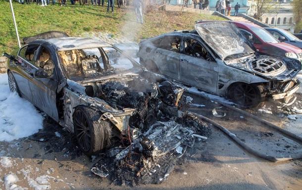 В столице мужчина в балаклаве бросил зажигательную смесь в один из припаркованных автомобилей