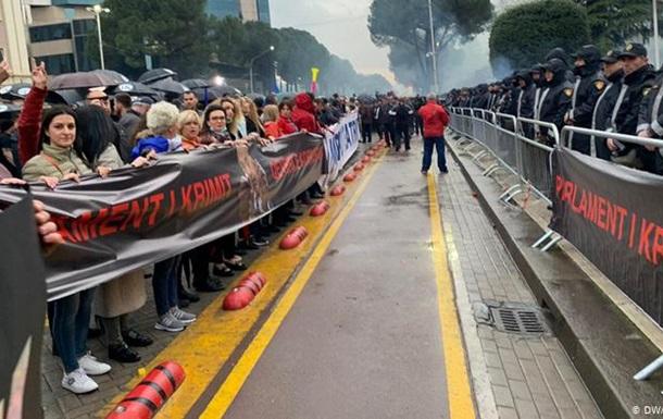 В Тиране массовая демонстрация закончилась штурмом парламента
