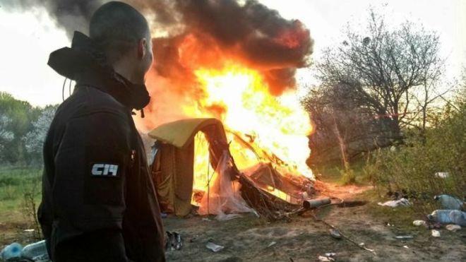 После нападения на лагерь цыган прошел год, а нападавших националистов так и не наказали - Amnesty International