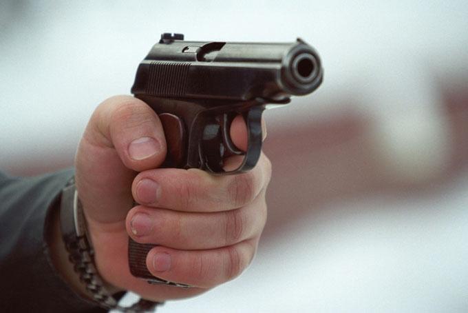 В столице стрелок ранил журналиста и скрылся на черном Mercedes с военными номерами