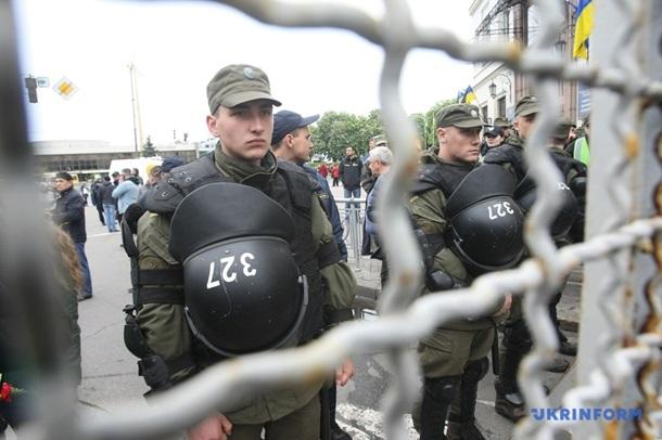 Правоохранители в Киеве устроили живой кордон между Бессмертным полком и провокаторами из Демократической сокиры