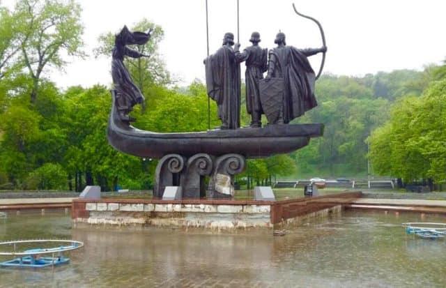 Вандализм в столице: повредили памятник основателям города