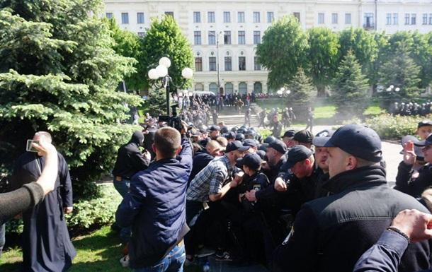 Акция ЛГБТ в Черновцах: противники ЛГБТ подрались с полицейскими