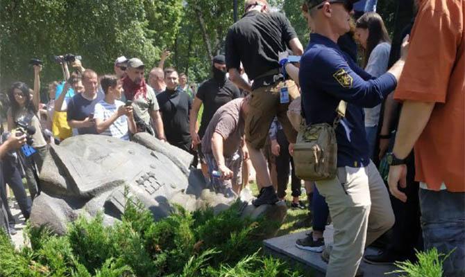 В Харькове возле Дворца спорта националисты образовали «коридора позора» для сторонников партии