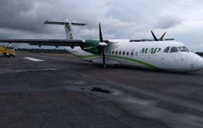 В международном аэропорту Бразилии самолет  приземлился на