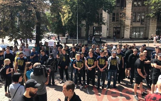 Нацкорпус организовал митинг, требуя лишить телеканал NewsOne лицензии