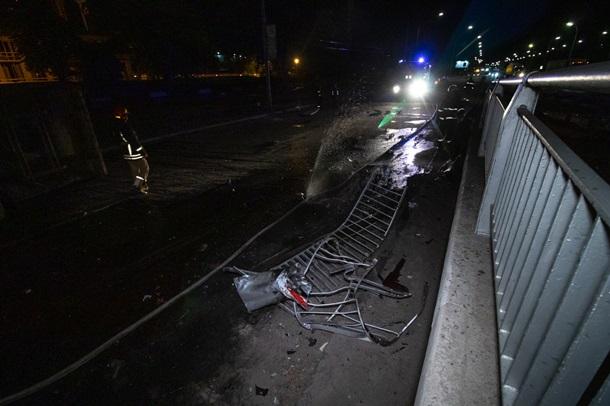 В Киеве фура потеряла управление снесла два столба, отбойник и вылетела с моста