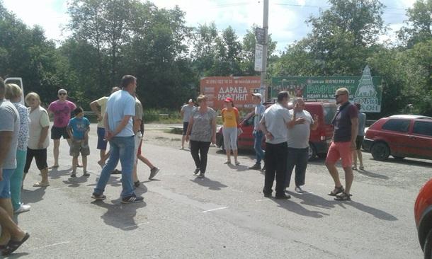 В Ивано-Франковской области люди перекрыли дорогу требуют ее ремонта