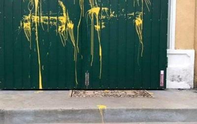 Во Львовской области неизвестные обрисовали входные двери и крест часовни ПЦУ